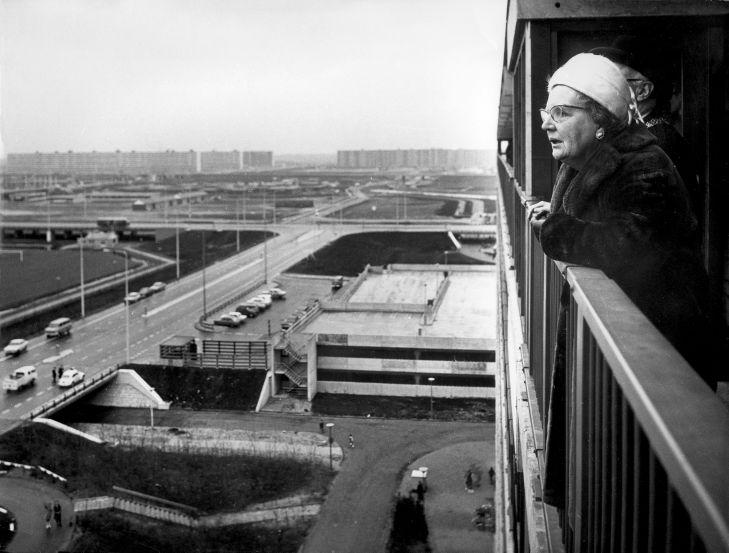 Queen Juliana of the Netherlands overlooking the Bijlmer from a recently completed flat in 1971. Image: Spaarnestad Photo / NFP